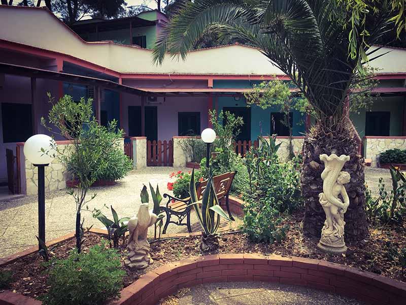 Villaggio turistico Elisena giardino composto da palme e piante grasse