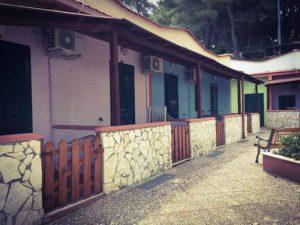 Appartamenti a schiera affacciano sulla piazzetta del villaggio elisena