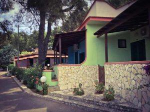 Appartamenti affacciano sul viale del villaggio turistico