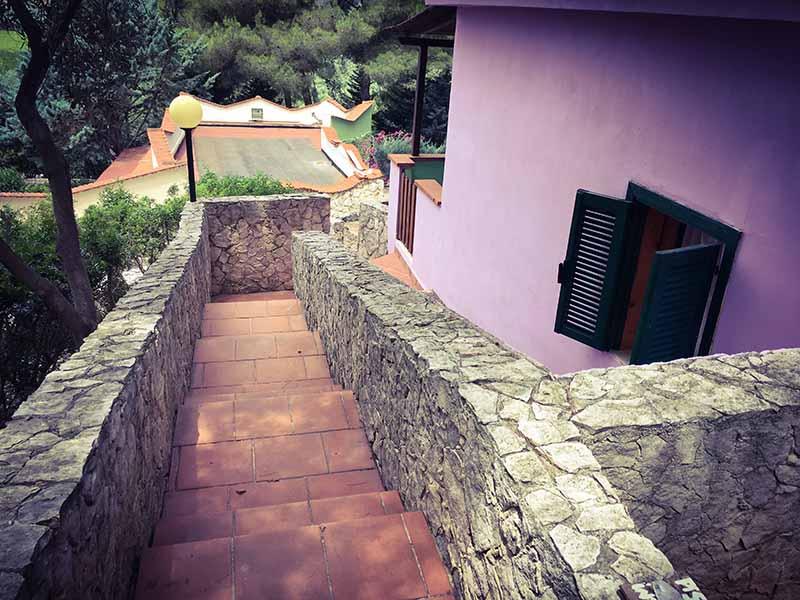 Scale che collegano due viali del residence Elisena il Villaggio turistico in Puglia