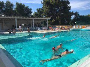 La piscina è dotata di bar