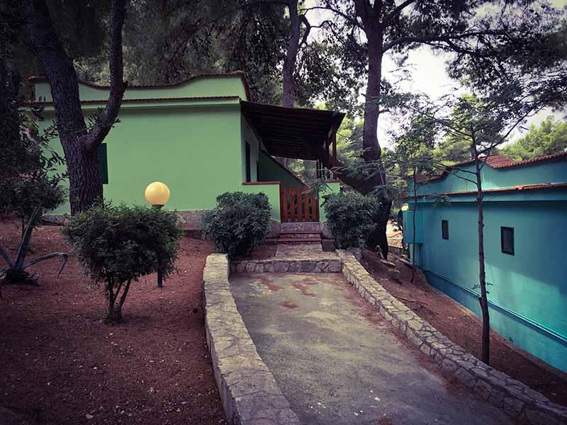 Vialetto che conduce verso uno degli appartamenti del Villaggio Turistico Elisena