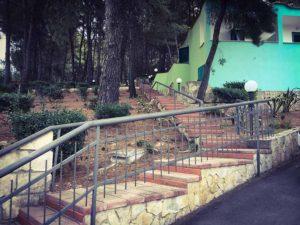 La scalinata che collega i due viali principali del villaggio elisena